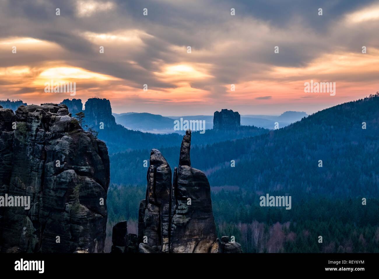 Sunset in Elbsandsteingebirge, summits Brosinadel, Falkenstein and Torstein visible - Stock Image