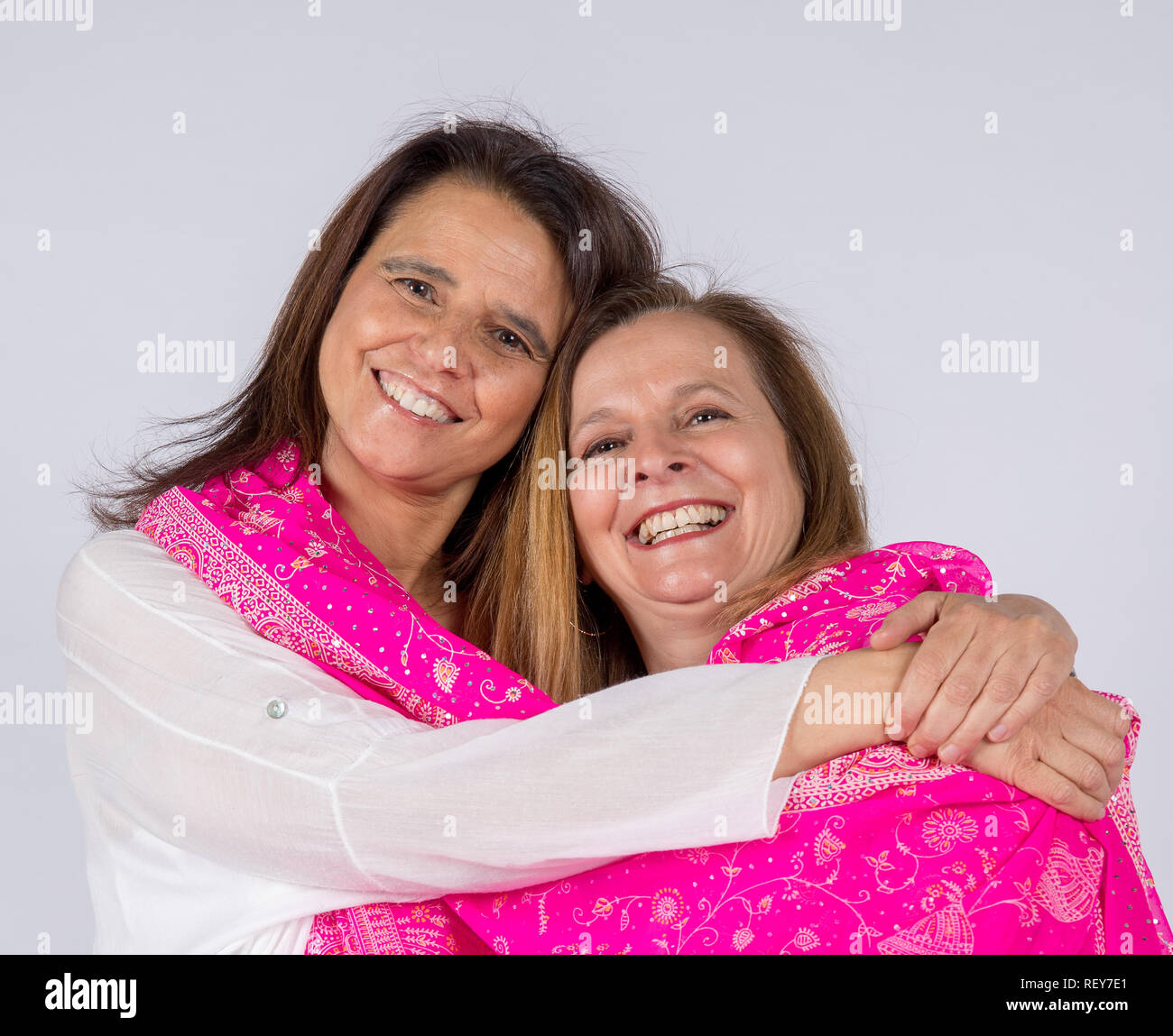 Photo Shoot Of Two Friends Posing With Pink Foulard And Affectionate Attitude Stock Photo Alamy Inspiracion para hacer fotos con amigas parte dos. alamy