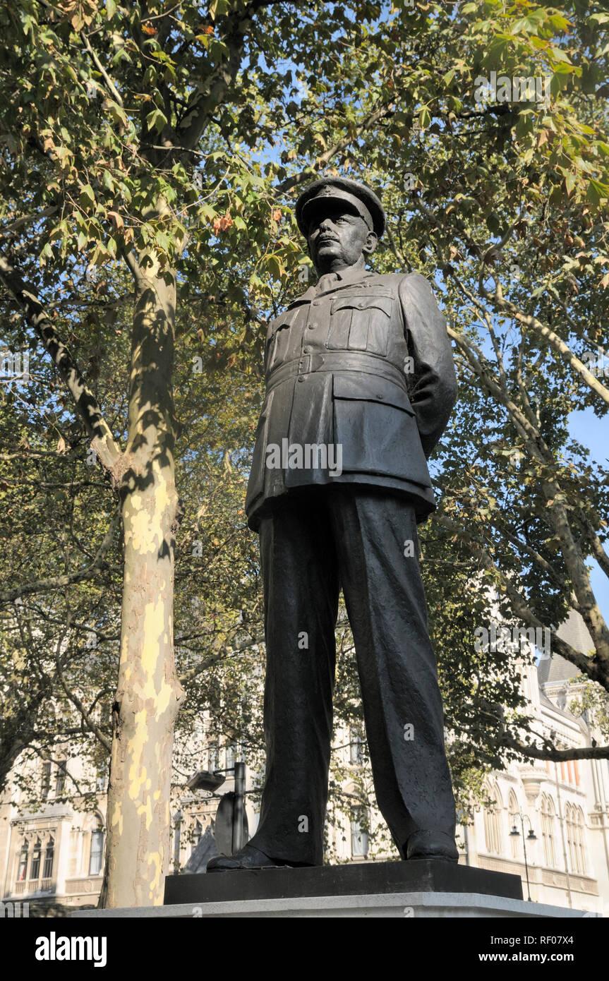 Sir Arthur 'Bomber' Harris statue outside St Clement Danes Church, the Strand, London, England, UK - Stock Image