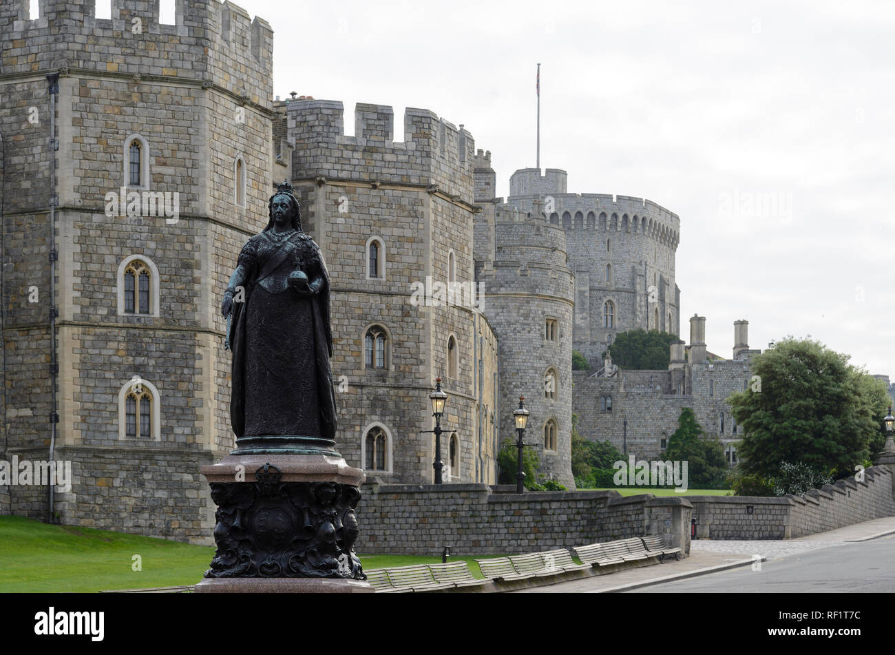 Statue of Queen Victoria in Front of Windsor Castle, Windsor, England, Grossbritannien, Europa - Stock Image