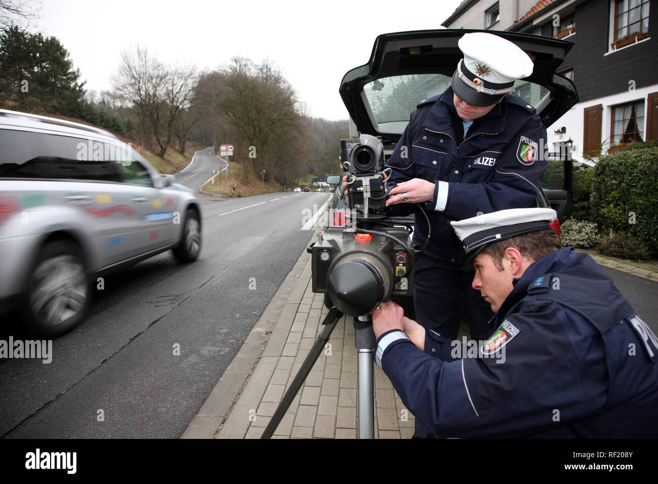 Police officers setting up radar speed check, Mettmann, North Rhine-Westphalia - Stock Image