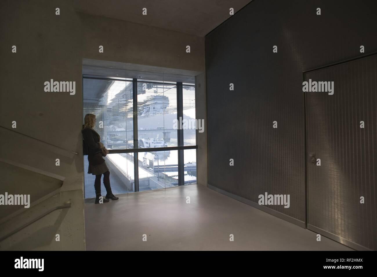 Linz, Lentos Museum, eine Besucherin am Fenster - Stock Image