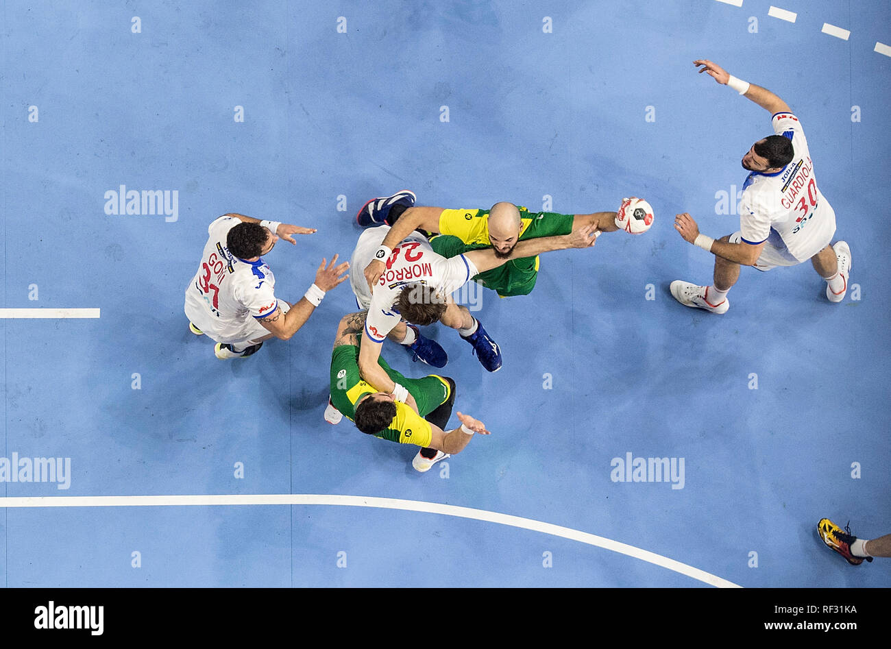 RODRIGUES Gustavo (BRA) versus left to right GONI LEOZ Iosu (ESP), Viran MORROS (ESP), Gedeon GUARDIOLA (ESP), Action, Bird's eye view. Main round Group I, Spain (ESP) - Brazil (BRA) 36:24, on 21.01.2019 in Koeln / Germany. Handball World Cup 2019, from 10.01. - 27.01.2019 in Germany / Denmark. | usage worldwide Stock Photo