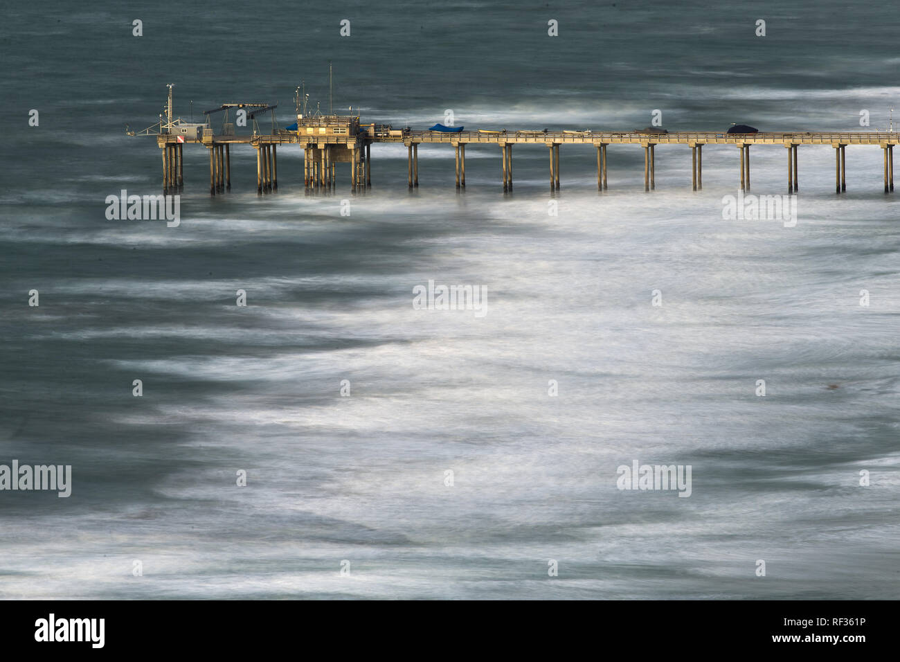 San Diego, California, USA. 22nd Jan, 2019. Jan. 22, 2018 - San Diego, California, USA - Large waves break at low tide at the Scripps Institute of Oceanography Pier in La Jolla during a winter storm. Credit: KC Alfred/ZUMA Wire/Alamy Live News - Stock Image