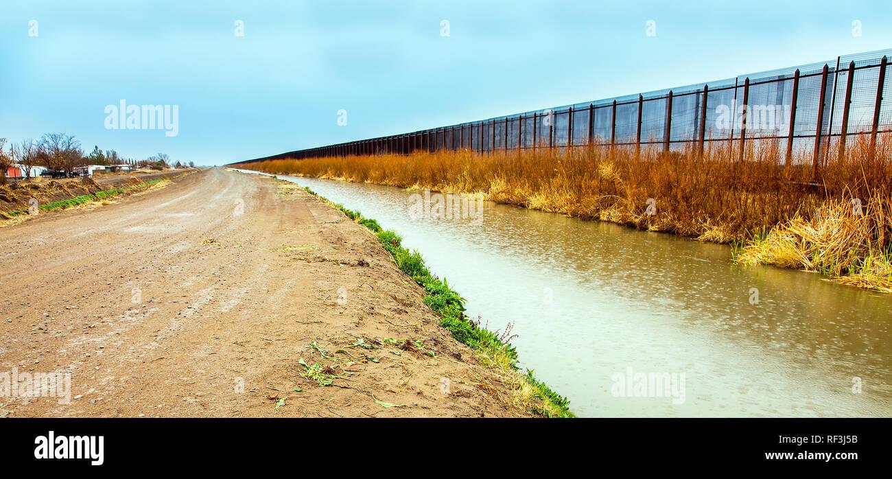 US border fence to Mexico at El Paso - Stock Image