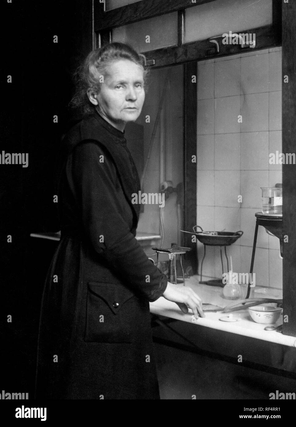 portrait of marie curie in the chemistry laboratory, 1953 Stock Photo