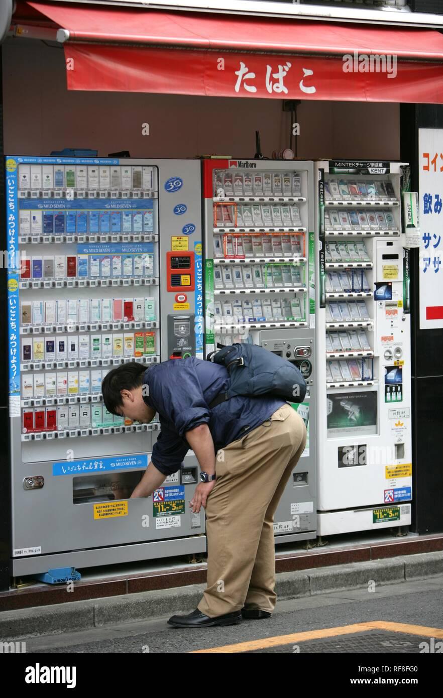 Japan, Tokyo: cigarette machine. - Stock Image