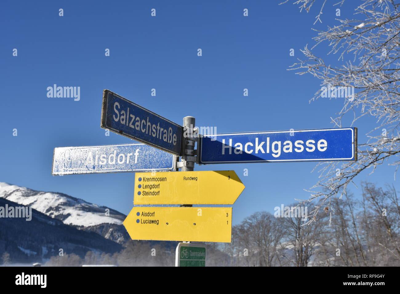 Salzburg, Pinzgau, Zell am See, Wegweiser, Verkehrszeichen, Straßenbezeichnung, Wanderweg, wandern, Tafel, Schild, Zeichen, Richtung, Pfeil, Lengdorf, - Stock Image