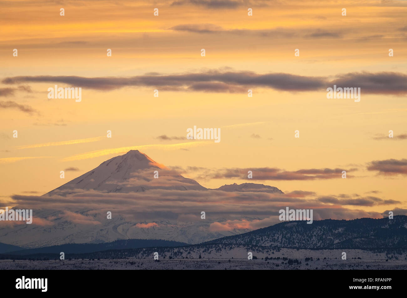 Mount Shasta at sunset from Lower Klamath National Wildlife Refuge, northern California. - Stock Image