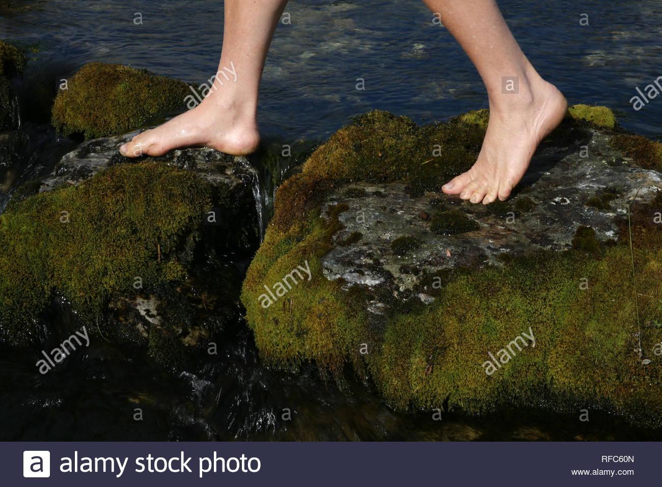 Barfuss die Natur geniessen am Wasser - Stock Image