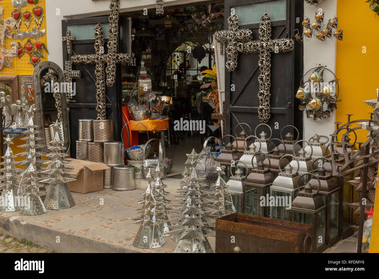 Craft and furnishing shop, San Miguel de Allende, central Mexico. - Stock Image