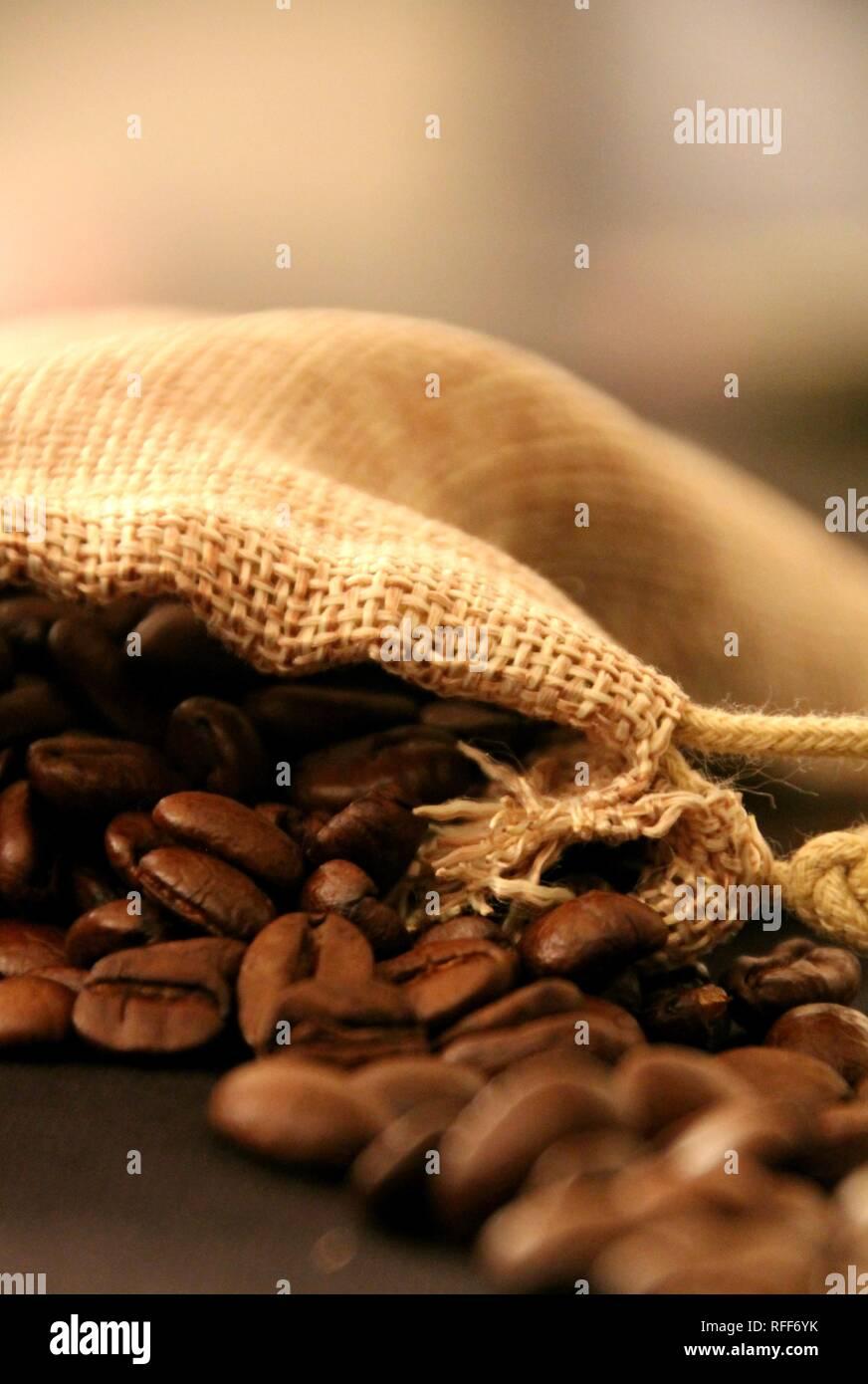 Grain de café naturel a moudre dans son emballage. Pour se tenir chaud l'hiver - Stock Image