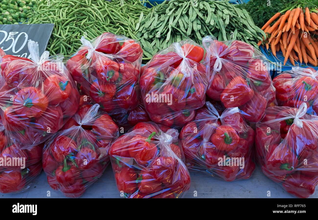 Red Bell pepper (Capsicum) packed in plastic bags at a fruit stand, Netherlands - Stock Image