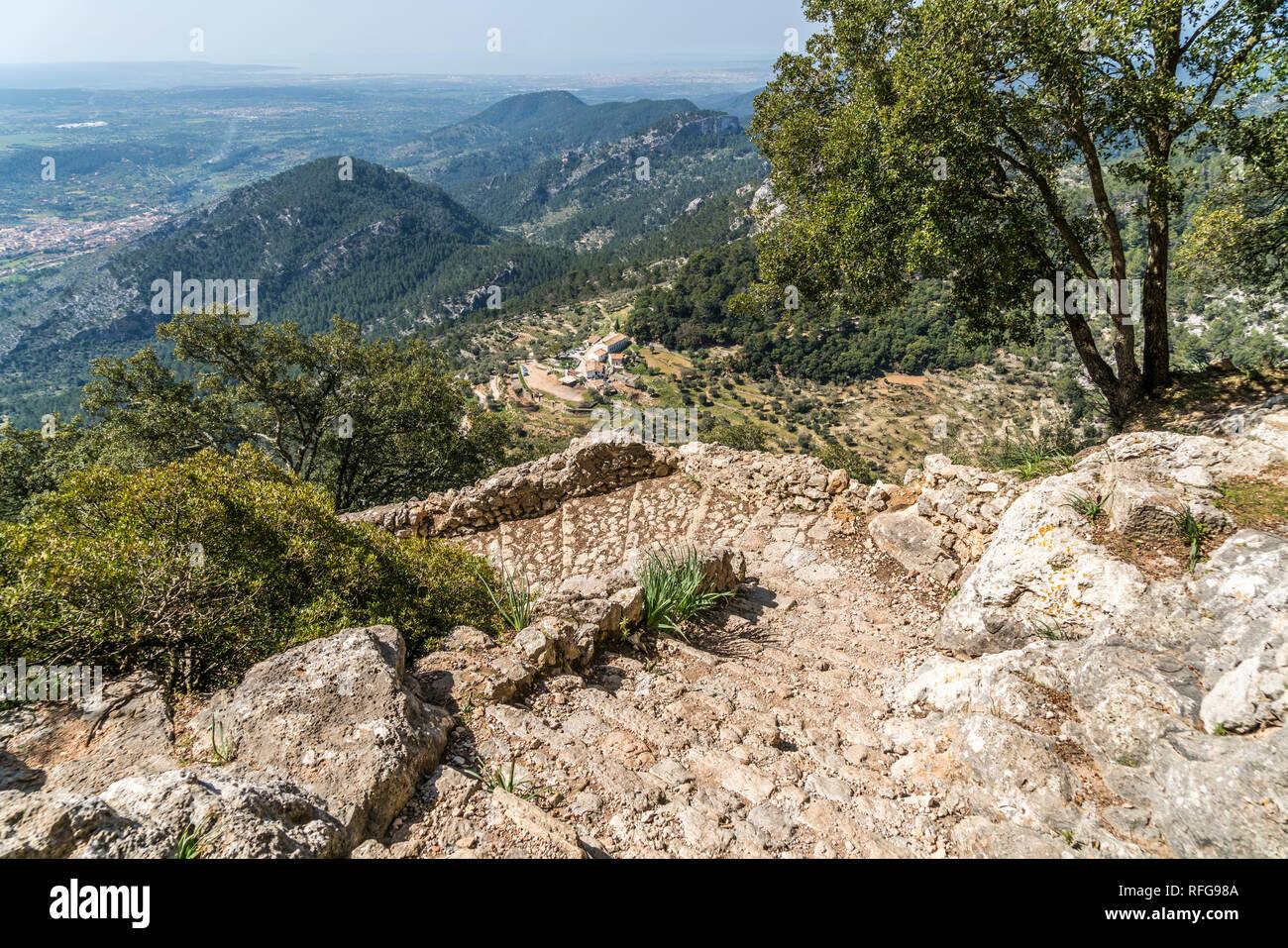 Aufstieg von der Finca Es Verger zur Burgruine des Castell d'Alaro im Gebirge der Serra de Tramuntana, Mallorca, Balearen, Spanien     hiking trail to Stock Photo