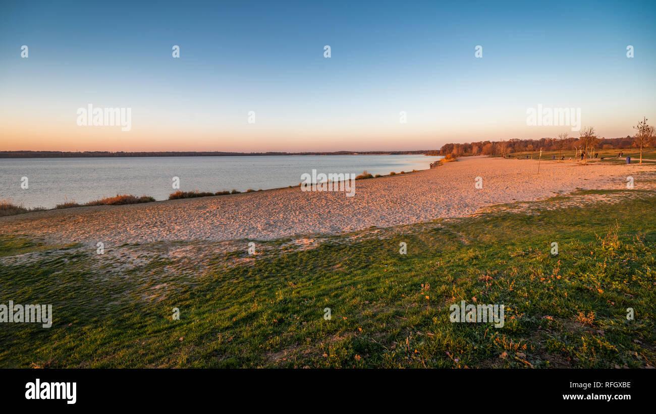 Abendlicht am Cospudener See, Strand ohne Menschen, Novemberabend - Stock Image