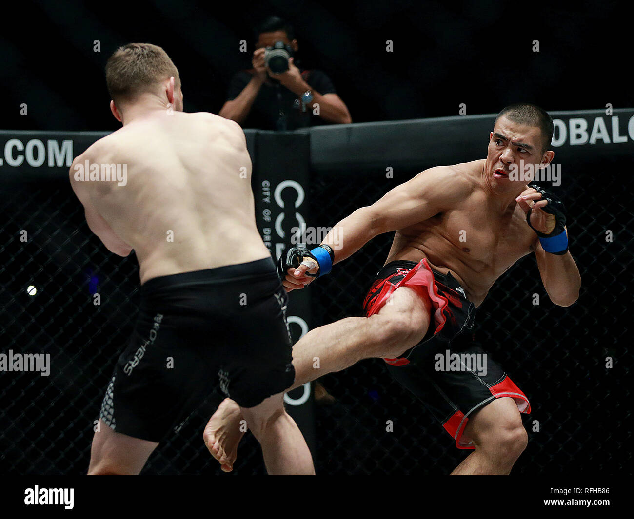 Pasay City, Philippines. 25th Jan, 2019. Reinier de Ridder of the Netherlands (L) competes against Fan Rong of China during their middleweight match in the One Championship in Pasay City, the Philippines, Jan. 25, 2019. De Ridder won via submission in round 1. Credit: Rouelle Umali/Xinhua/Alamy Live News - Stock Image