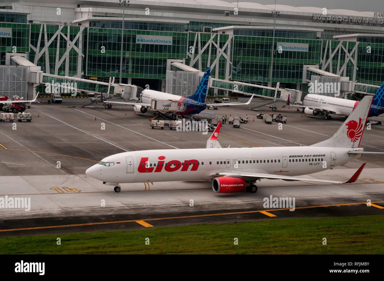 B737 series aircraft at Balikpapan airport (Indonesia) - Stock Image