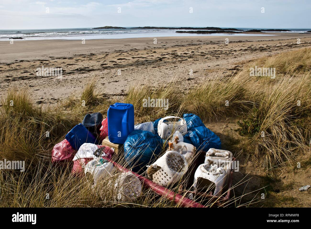 Plastic waste and pollution washed up on a beach in Rhosneigr, Anglesey, North Wales, UK - Stock Image