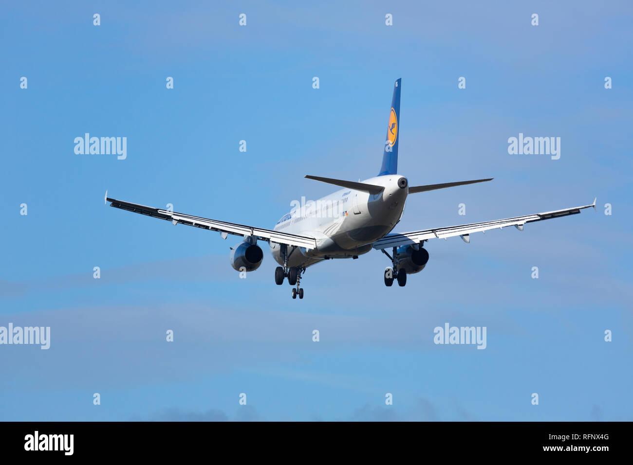 GERMANY, FRANKFURT - SEPTEMBER 06, 2015: Airbus A321-131, DD-AIRS of Lufthansa dropping at Frankfurt Airport - Stock Image