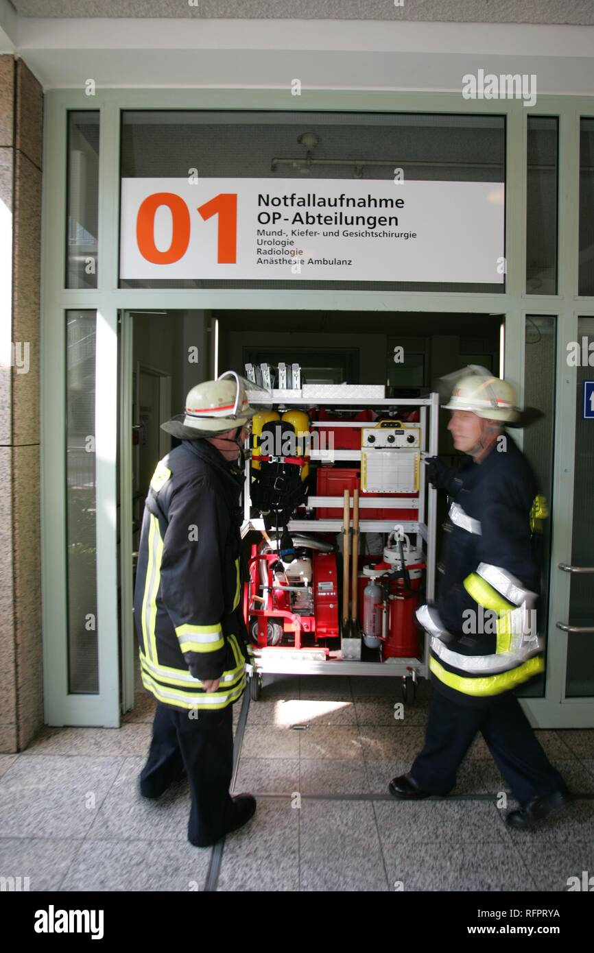 DEU, Federal Republic of Germany, Cologne: Works fire service of the university hospital. a small mobile fire vehicle, pulled by - Stock Image