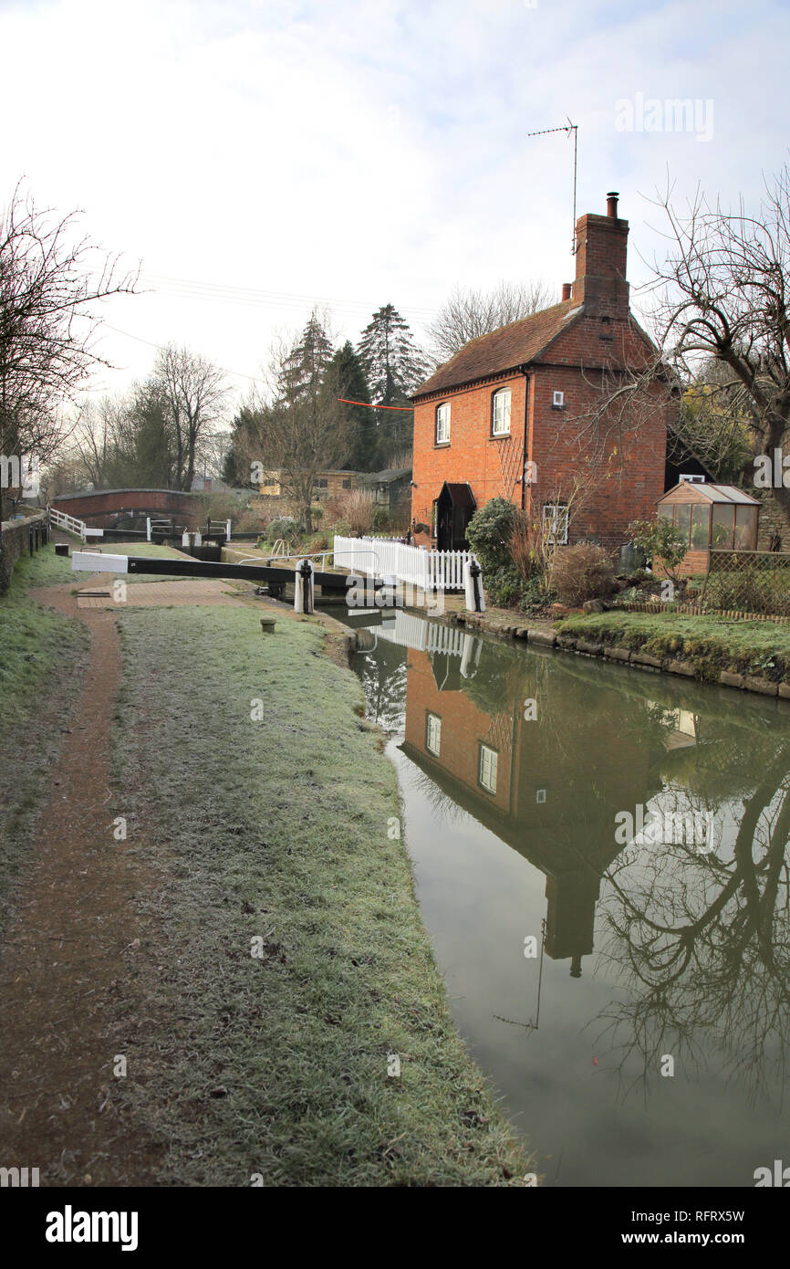 old lock keepers house on the oxford canal at cropredy in oxfordshire - Stock Image