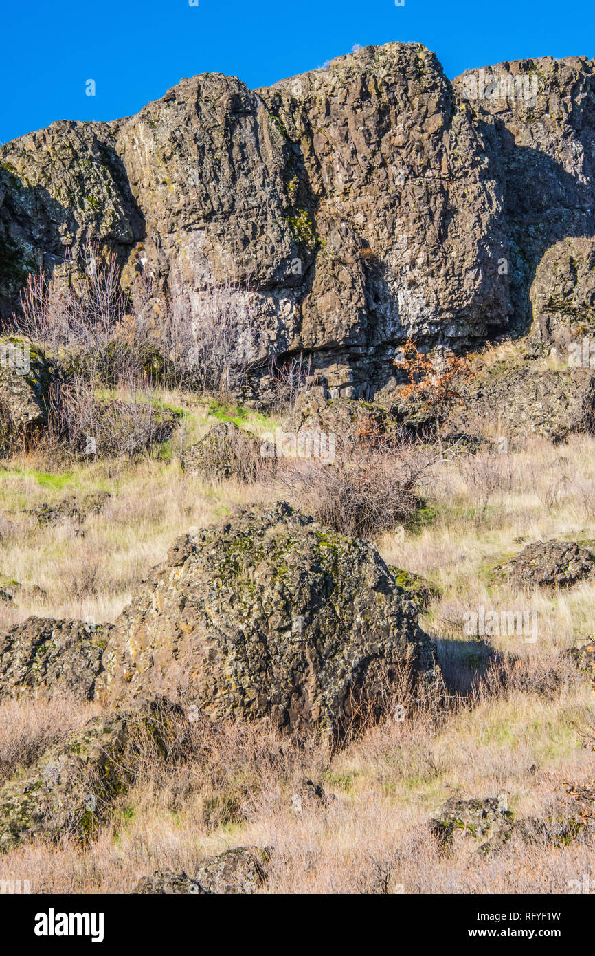 Columbia River Basalt cliff and boulders, located about 1 mile west of The Dalles, Oregon. - Stock Image