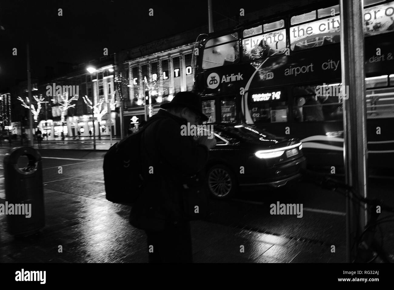 O'Connell Street, Dublin 1, waiting for a bus... - Stock Image