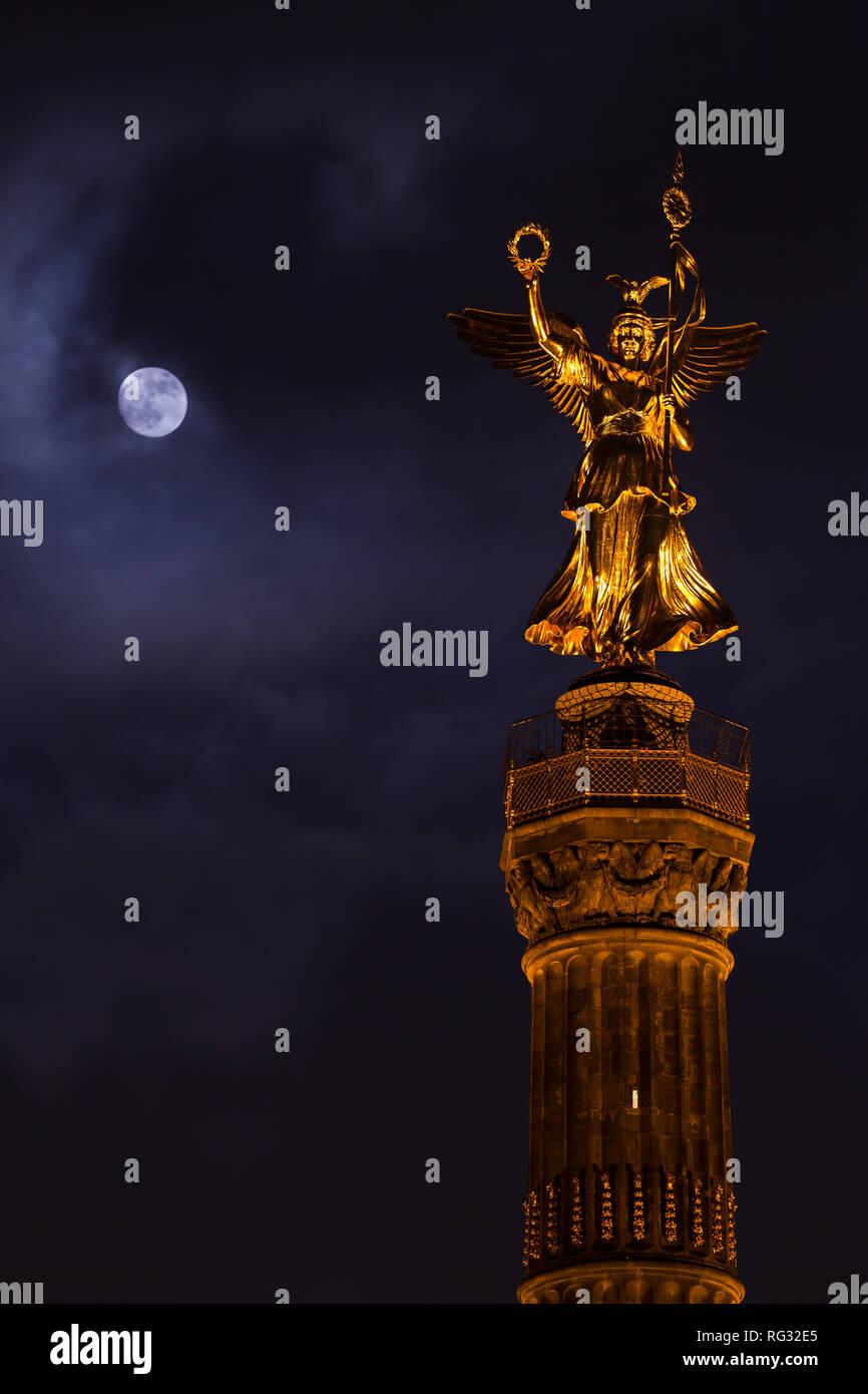 Berlin Siegessäule im Tiergarten / Berlin victory column - Stock Image