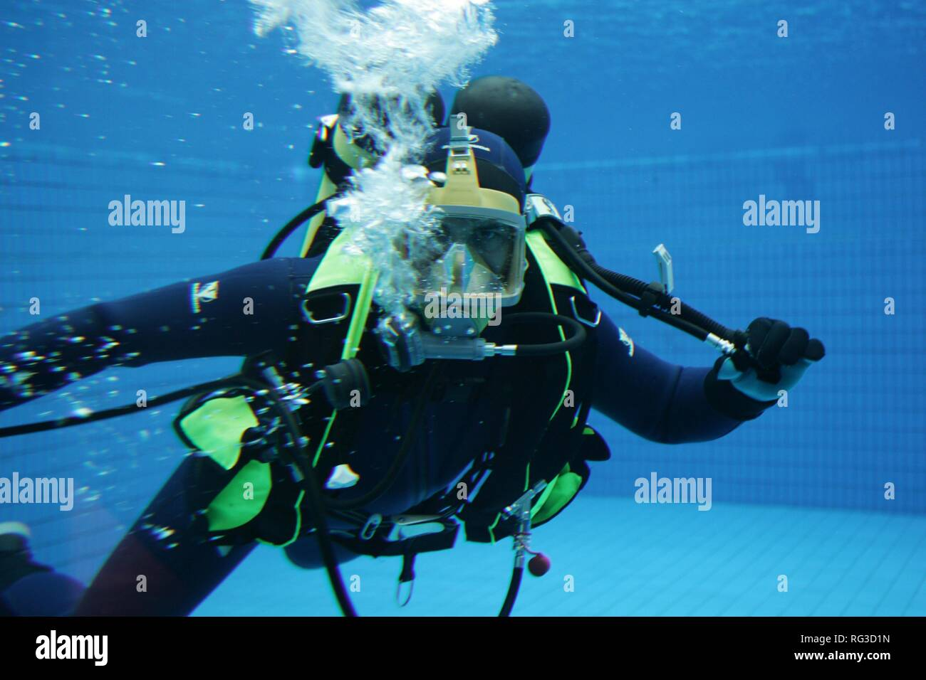 DEU, Federal Republic of Germany, Essen : Rescue diver of a fire brigade at a training in a swimming pool. Stock Photo