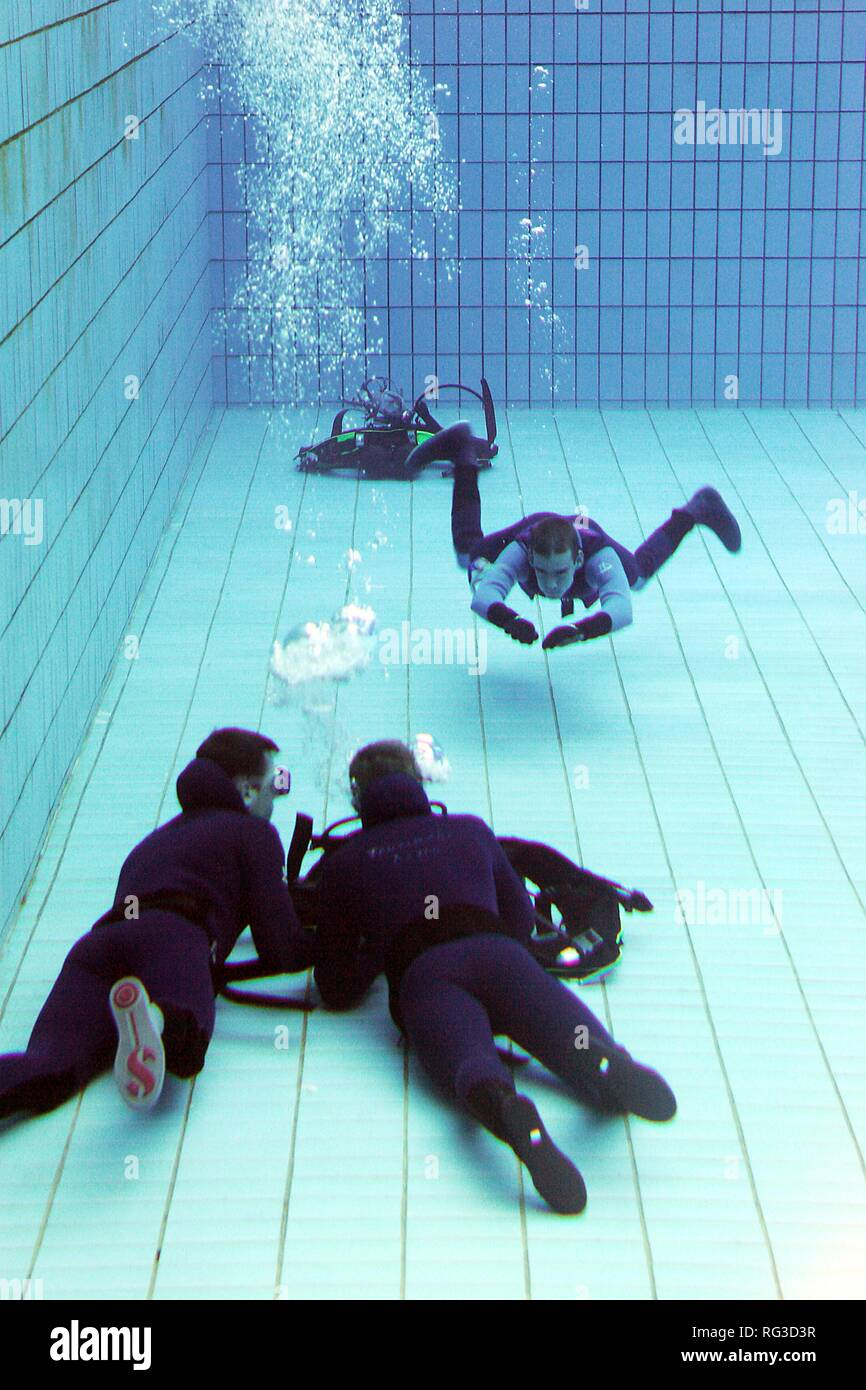 DEU, Federal Republic of Germany, Essen : Rescue diver of a fire brigade at a training in a swimming pool. - Stock Image