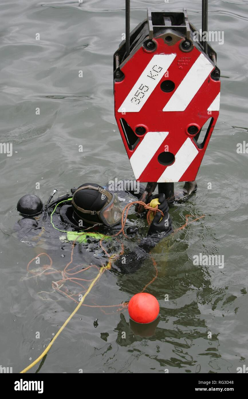 DEU, Federal Republic of Germany, Duisburg: Rescue diver of a fire brigade at the rescue of a barrel in the industriall port. - Stock Image