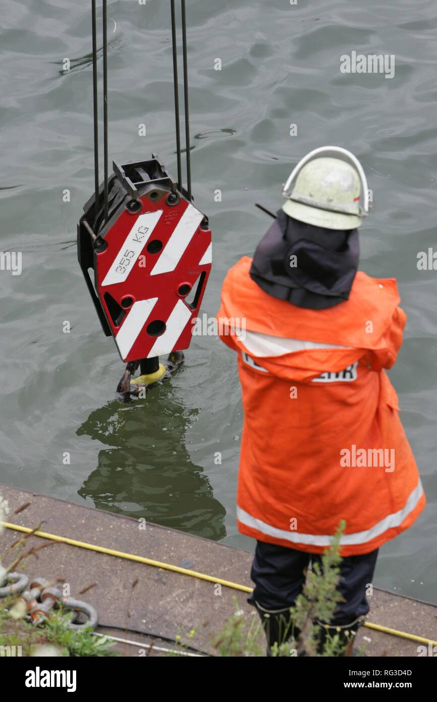 DEU, Federal Republic of Germany, Duisburg: Rescue diver of a fire brigade at the rescue of a barrel in the industriall port. Stock Photo