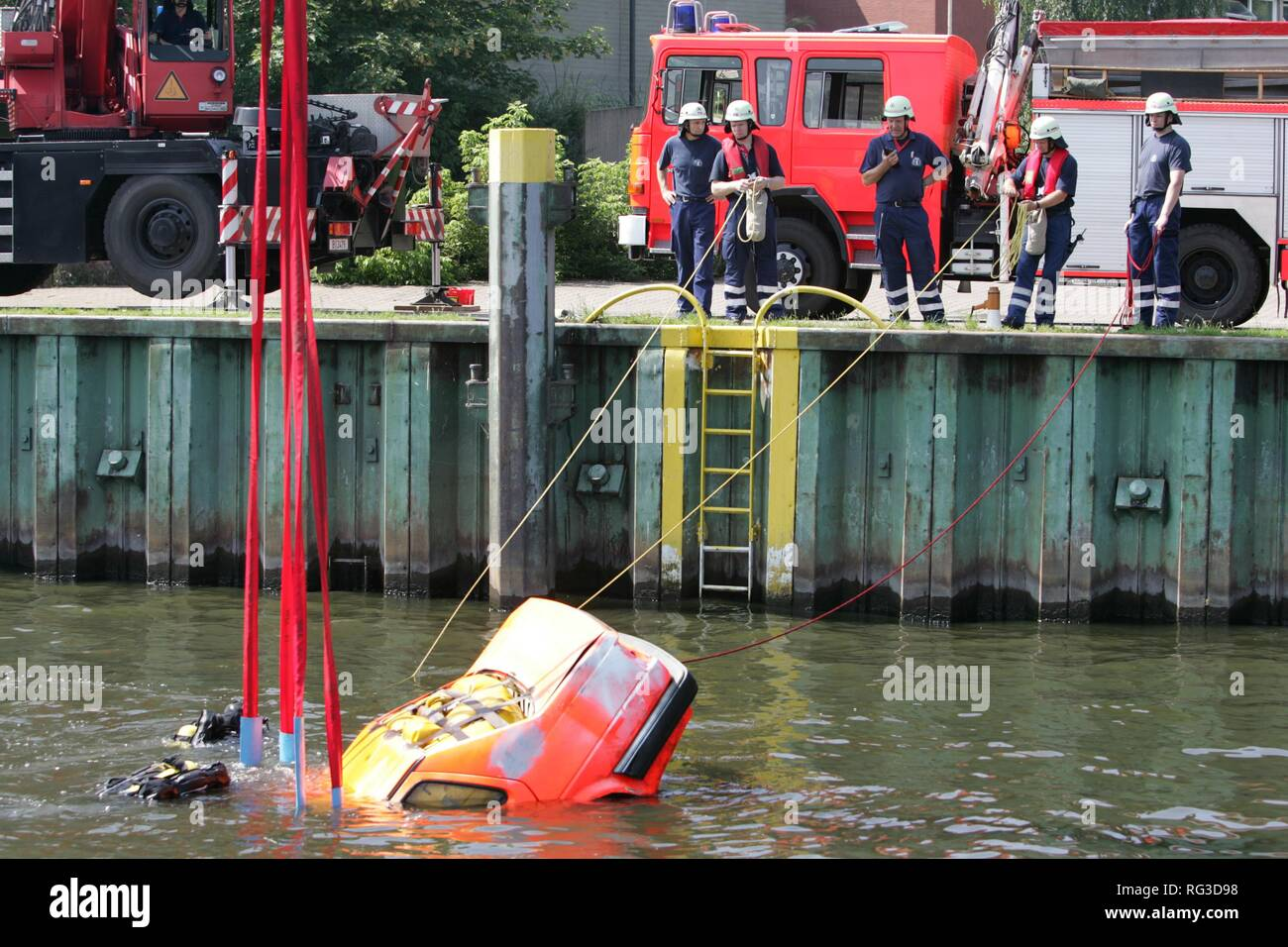 DEU, Federal Republic of Germany, Berlin: Rescue diver of the Berlin fire brigade at a rescue training. - Stock Image