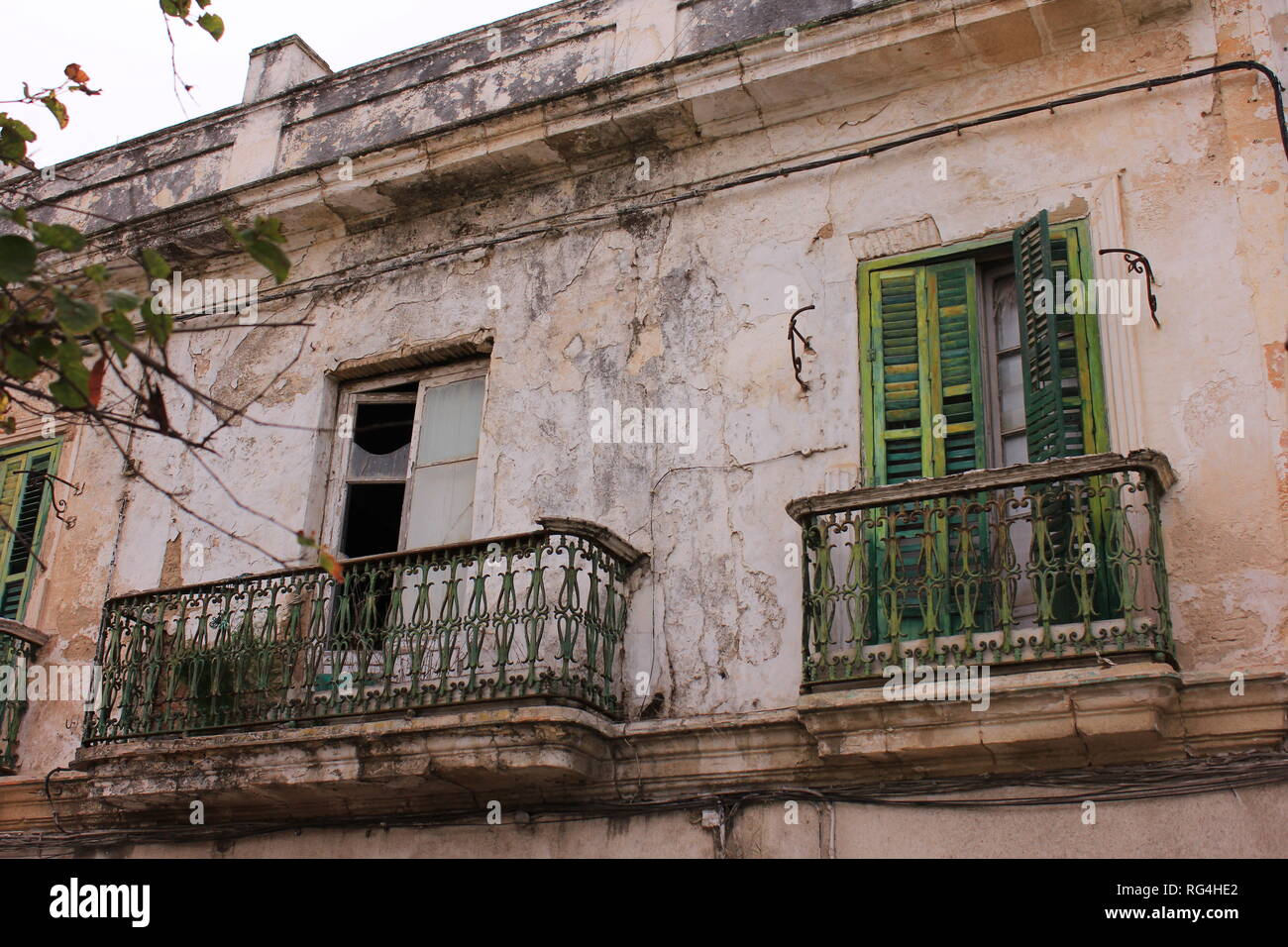Verlassenes und herunter gekommenes Haus in Portugal mit Balkonen - Stock Image