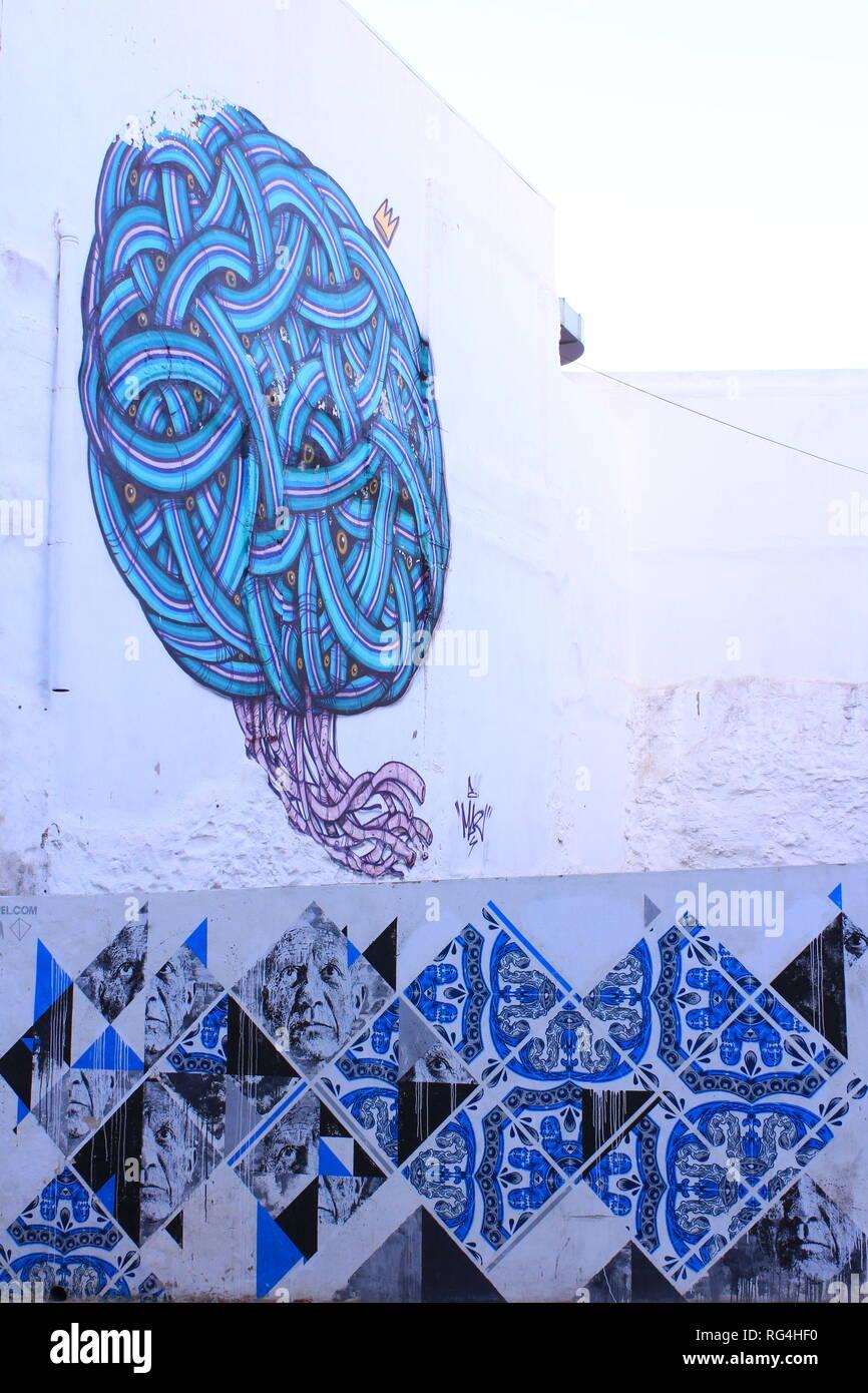 Mit Graffiti bemalte Wand eines alten Gebäudes in Portugal - Stock Image