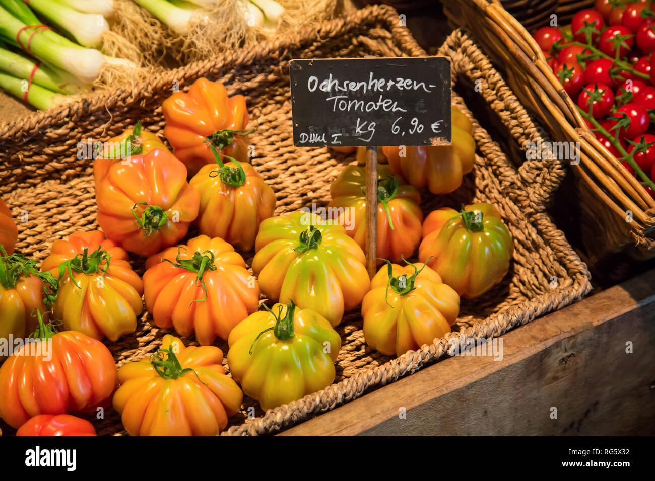 Ox heart tomatoes, farm shop, asparagus yard Schulte-Scherlebeck, Ochsenherzentomaten, Hofladen, Spargelhof Schulte-Scherlebeck Stock Photo