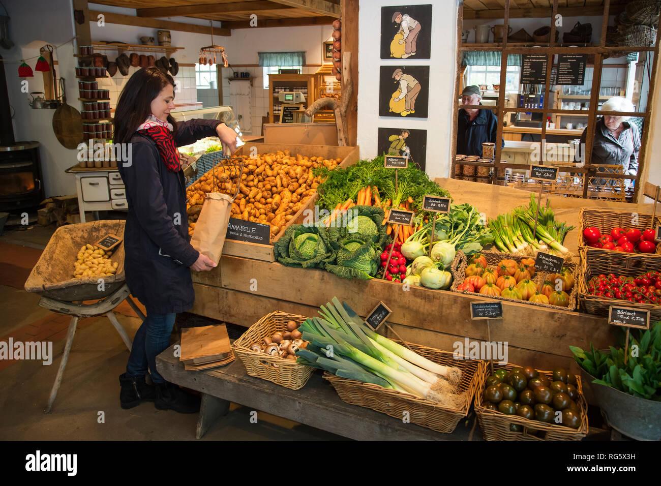Customer buys potatoes in farm shop, asparagus yard Schulte-Scherlebeck, Kundin kauft Kartoffeln im Hofladen, Spargelhof Schulte-Scherlebeck Stock Photo