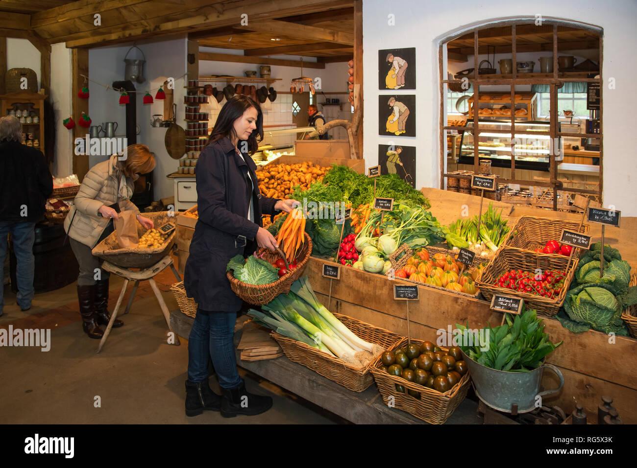 Customer buys carrots in farm shop, asparagus yard Schulte-Scherlebeck, Kundin kauft Mšhren im Hofladen, Spargelhof Schulte-Scherlebeck Stock Photo