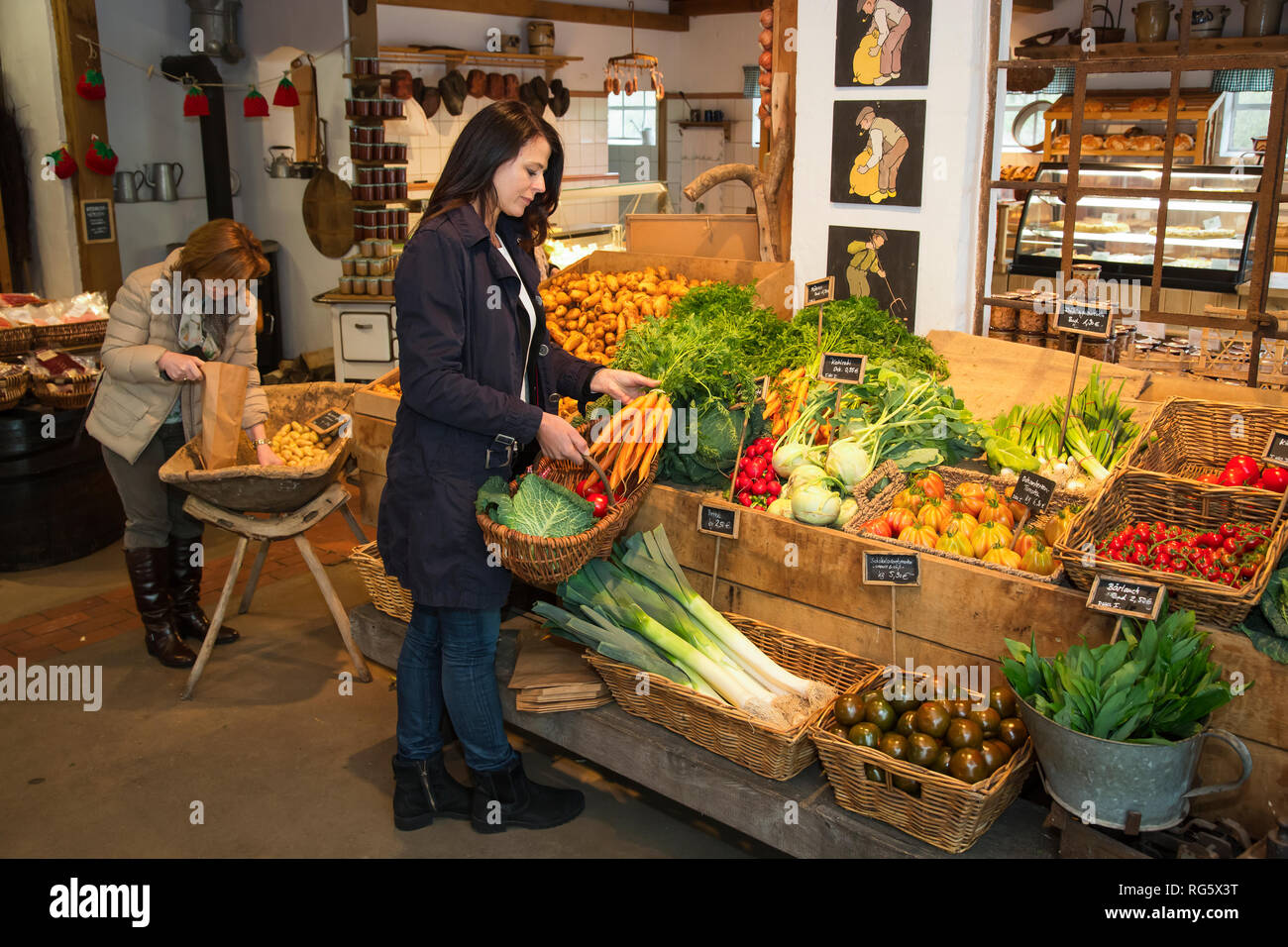 Customer buys carrots in farm shop, asparagus yard Schulte-Scherlebeck, Kundin kauft Mšhren im Hofladen, Spargelhof Schulte-Scherlebeck Stock Photo