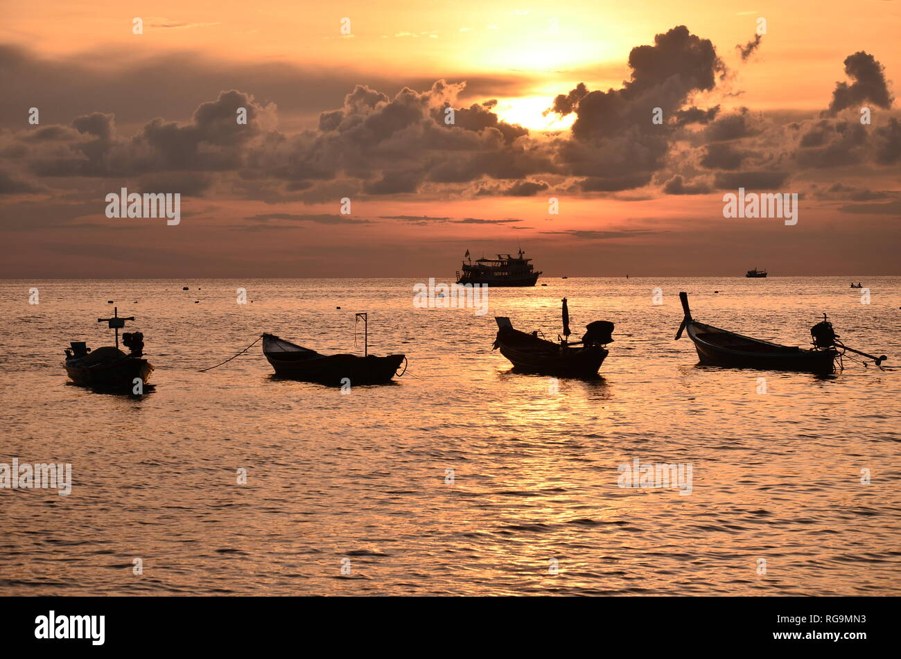 Fischerboote im Meer in Thailand parken im Sonnenuntergang - Stock Image