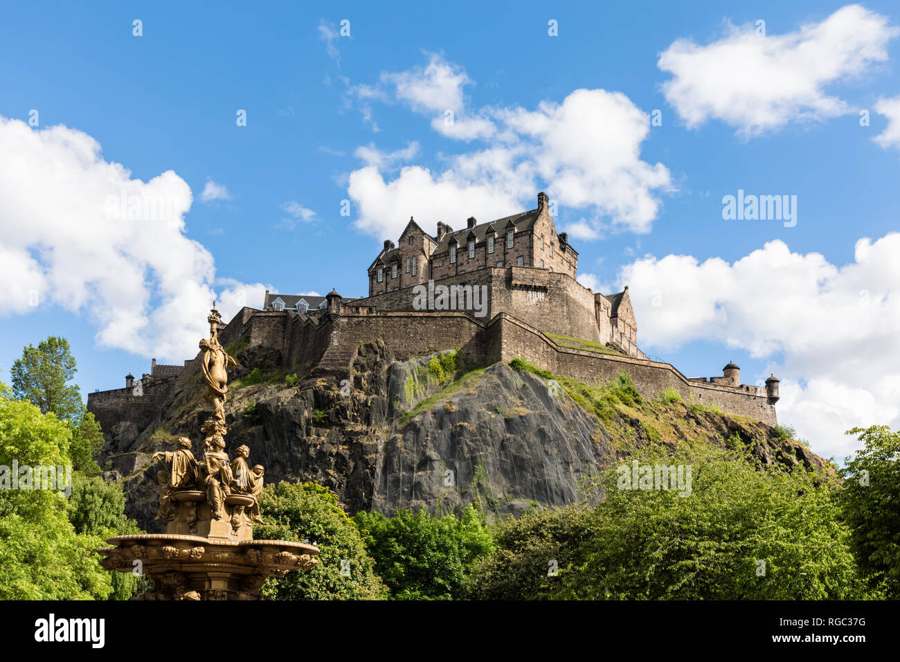 Great Britain, Scotland, Edinburgh, Castle Rock, Edinburgh Castle and Ross Fountain in Princes Street Gardens Park - Stock Image
