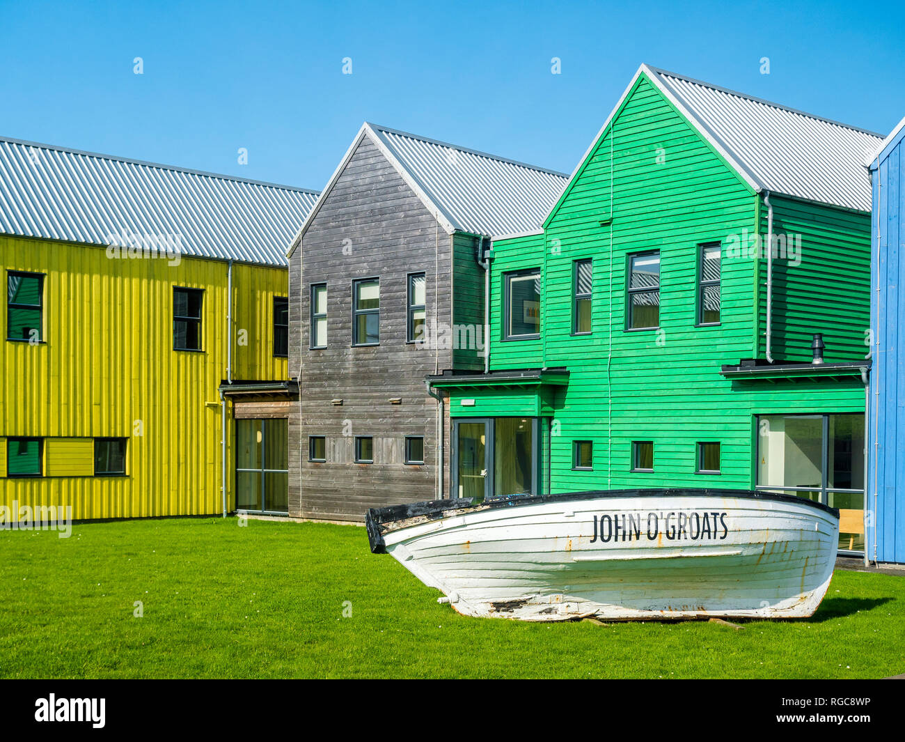 UK, Scotland, Highland, Caithness, John O'Groats, colorful houses and boat - Stock Image