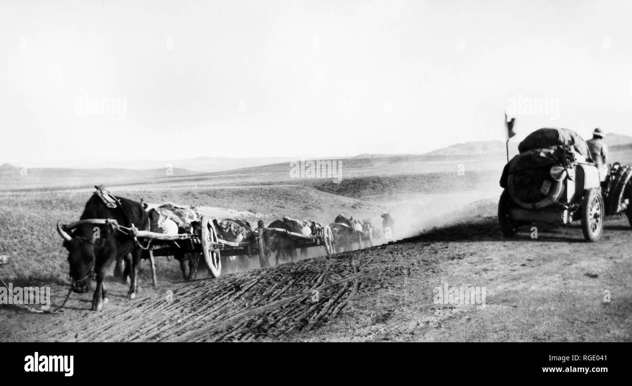 Mongolia, Beijing-Paris raid, Italy meeting with a caravan of wagons, 1907 - Stock Image