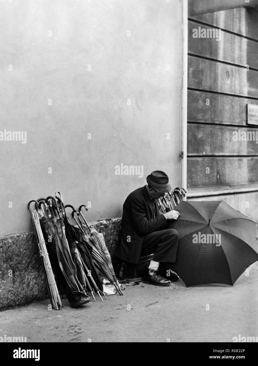 milano, corso magenta, walking repairer of umbrellas, 1960 - Stock Image