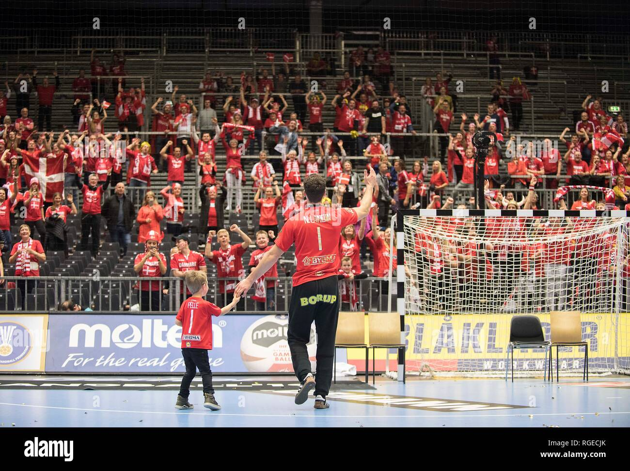 Feature, goalkeeper Niklas LANDIN (DEN) celebrates with his son Pelle von Fans Final, Norway (NOR) - Denmark (DEN) 22:31, on 27.01.2019 in Herning/Denmark Handball World Cup 2019, from 10.01. - 27.01.2019 in Germany/Denmark. | usage worldwide Stock Photo