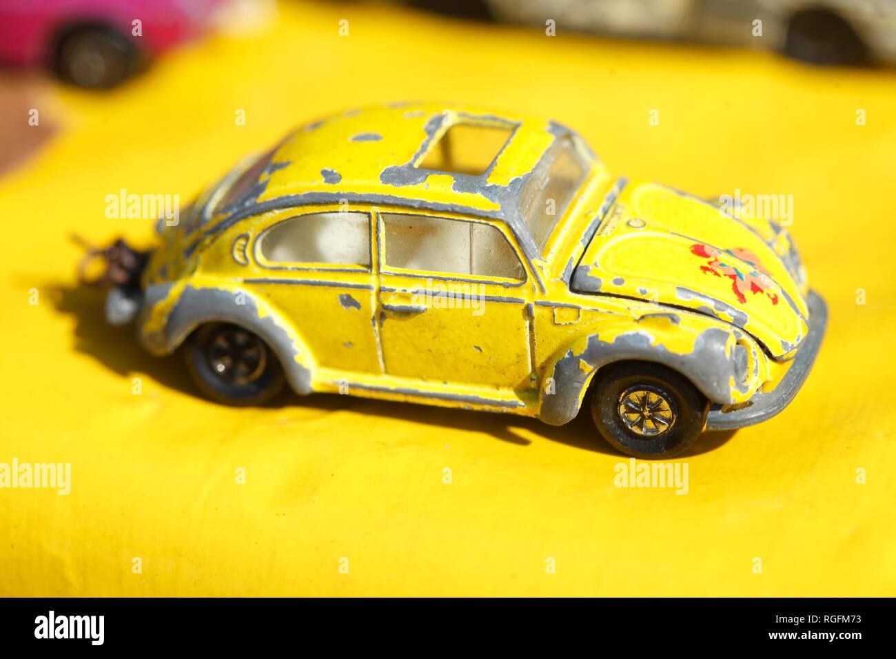 Altes gelbes VW-Käfer Speilzeugauto auf einem Flohmarkt - Stock Image