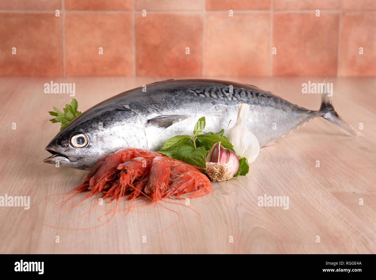Longline tuna with garlic prawns and mint Stock Photo