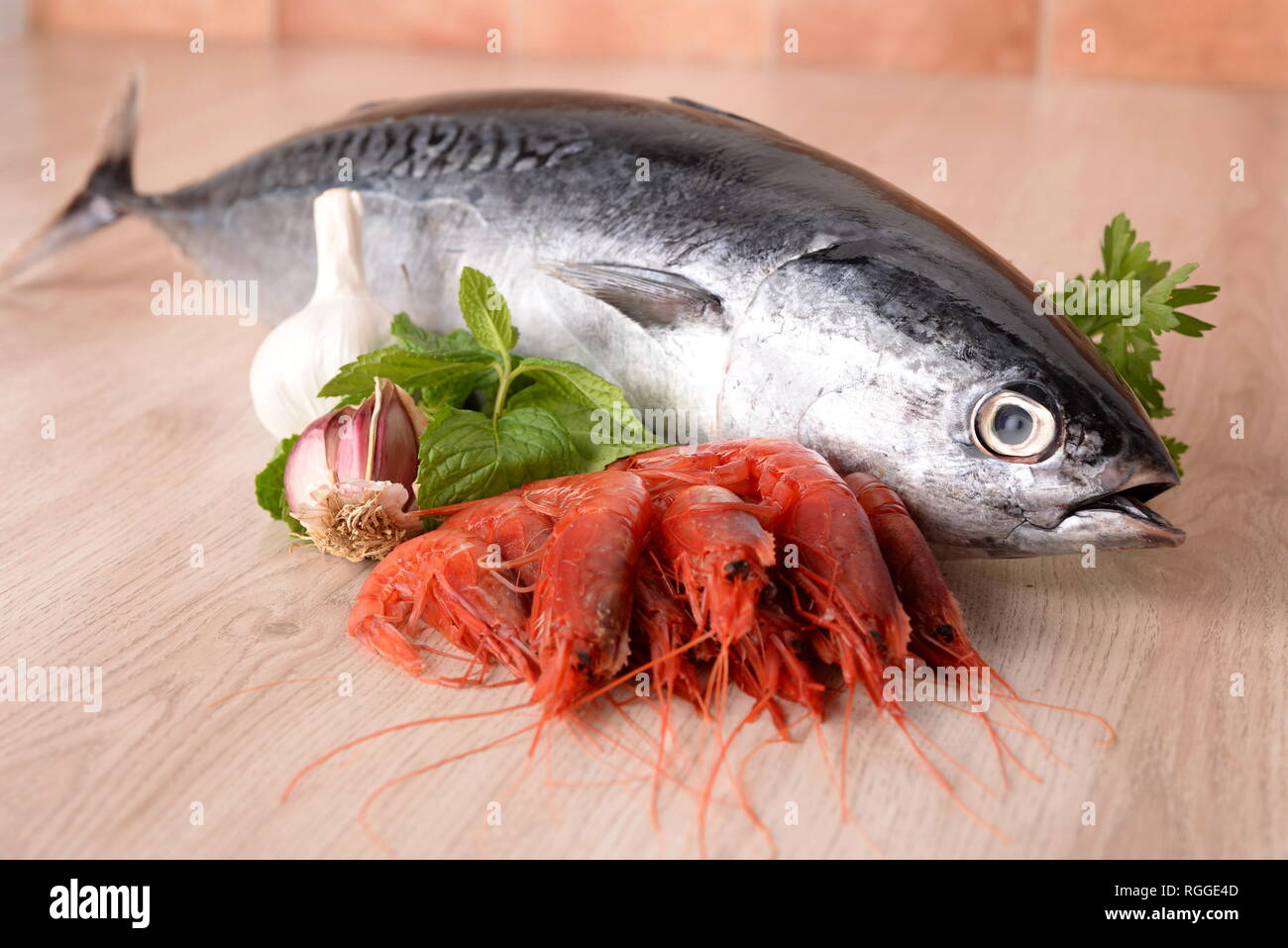 Longline tuna with garlic prawns and mint Stock Photo