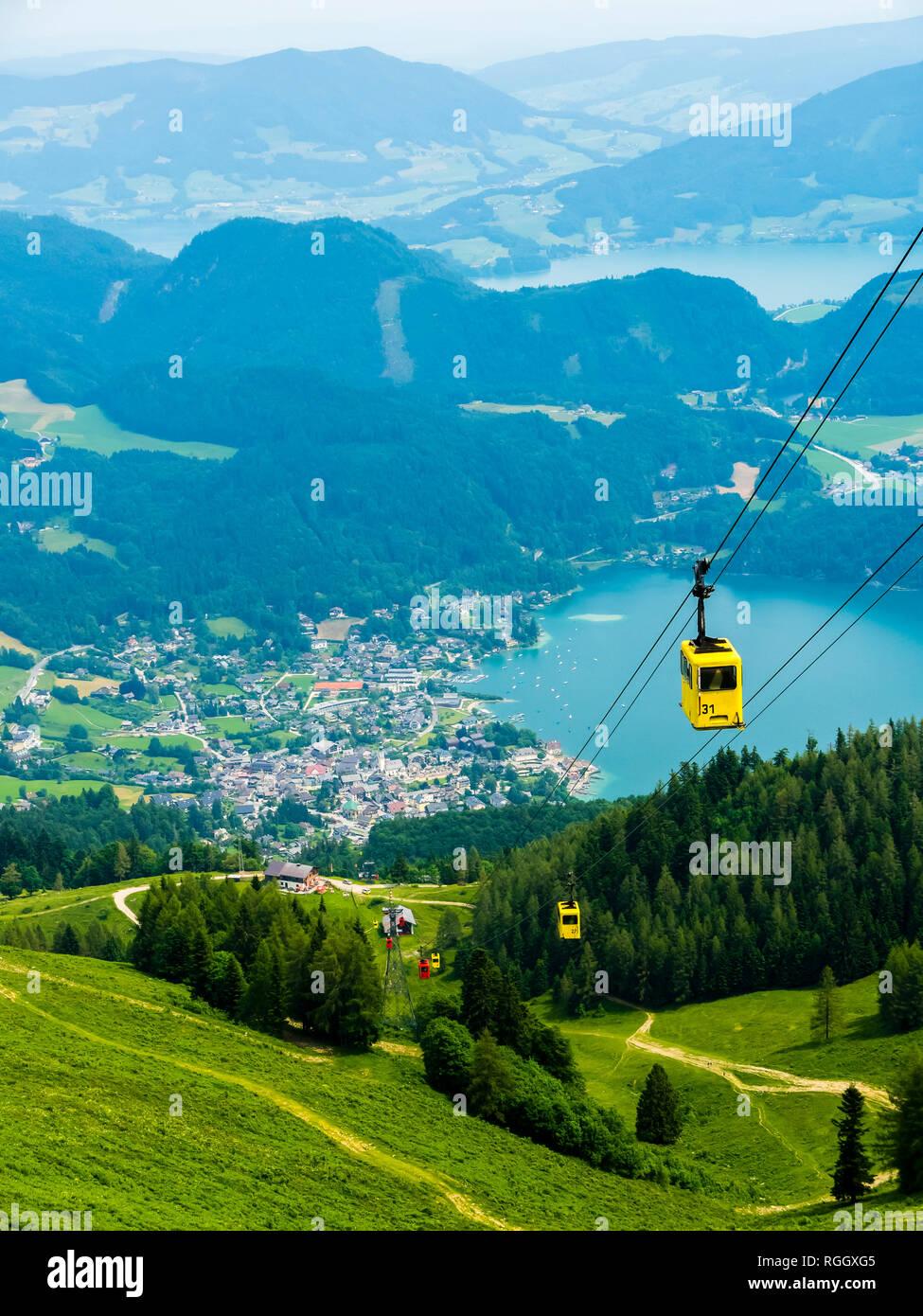 Oberösterreich, Österreich, Salzkammergut, Sankt Gilgen, Seilbahn auf das Zwölferhorn hinten  Sankt Gilgen und der Wolfgangsee - Stock Image