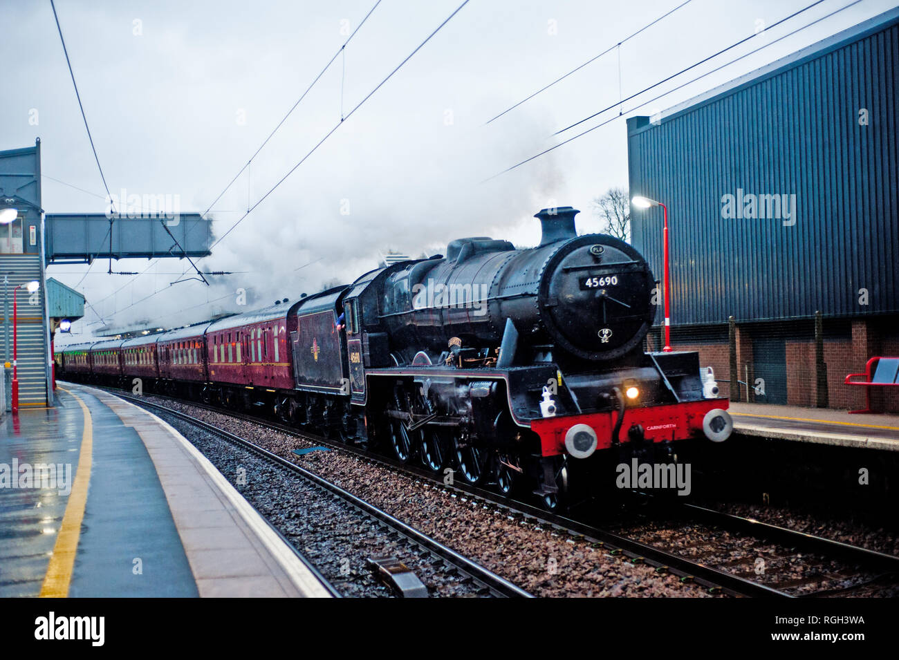Jubilee Class No 45690 Leander storms through Penrith Railway Station, Cumbroa, England - Stock Image